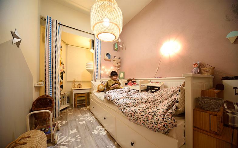 こまちゃんの部屋は女の子らしさ全開。壁をピンクに塗装し、床はクッションフロアを敷き詰めました(写真撮影/山出高士)