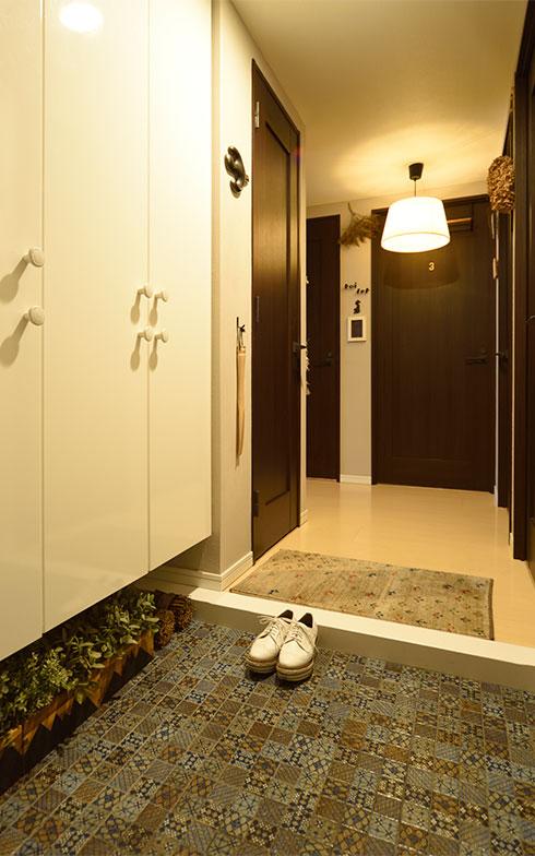 もともと大理石だった玄関土間は、上から好みのタイルを貼りました。照明はダウンライトでしたが、アタッチメントを付けてペンダントライトにチェンジ(写真撮影/山出高士)
