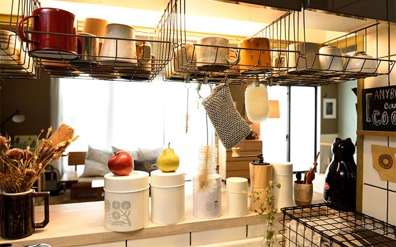 吊り戸棚にずらっと並べて掛けたカップ収納のカゴは、IKEAの製品。DIYではありませんが、このアイデアは訪ねて来るお友達に大好評だそう(写真撮影/山出高士)