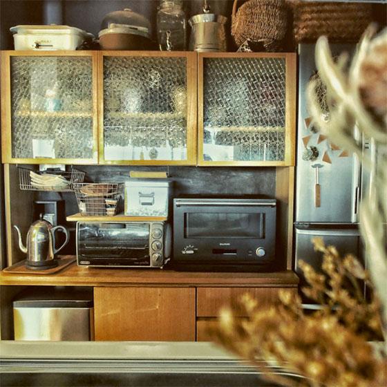 食器棚のガラスにレトロな模様入りフィルムを貼って、中身を隠しています(写真提供/田中さやかさん)