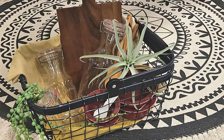 ワイヤーバスケットを用いてアウトドアの世界を演出。ウッドと植物、アイアンの組み合わせが、アウトドアらしさとモダンさを巧みに共存させている(画像提供/小島真子さん)