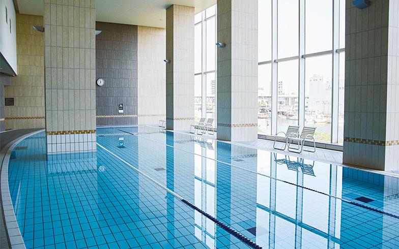 6~23時まで使用できるプール。出勤前にひと泳ぎする人も多い(写真撮影/中垣美沙)