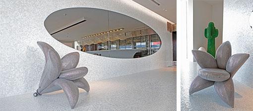 壁床一面を『SICIS(シチス/イタリア)』のモザイクタイルで覆い、『edra(エドラ/イタリア)』のチェアもスワロフスキー・バージョンで光り輝く。後ろのサボテンは『Gufram(グフラム/イタリア)』のコートハンガー(写真撮影/糠澤武敏)