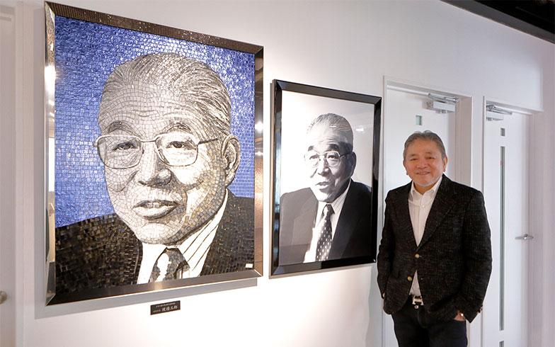 こちらが先代の渡辺三郎社長、「銅像にするより、モザイクタイル画のほうがオシャレでしょ」。SICISのモザイクタイルで写真から製作する商品@ショールーム(写真撮影/糠澤武敏)