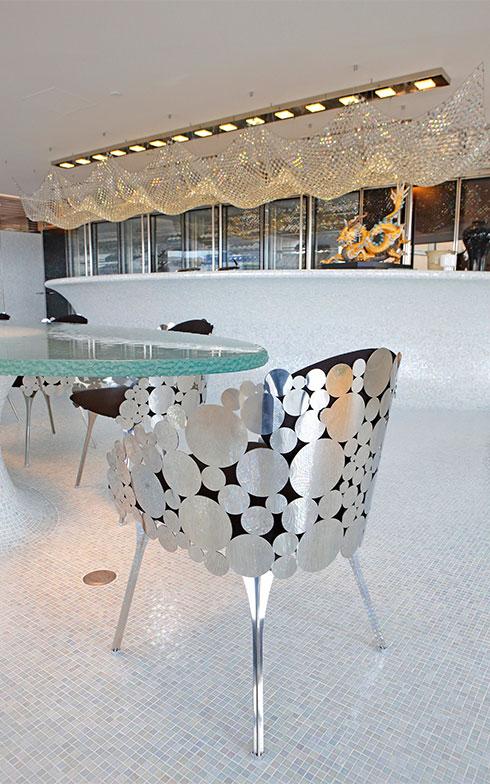 「THE ROOM」の椅子、よく見るとトーヨーキッチンスタイルの会社ロゴがモチーフになっている!(写真撮影/糠澤武敏)