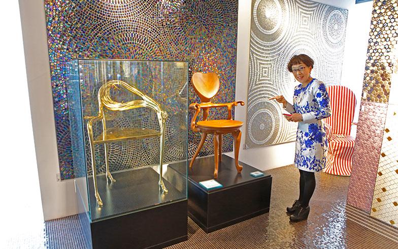 芸術家たちがデザインした椅子も。サルバドール・ダリ(左)とアントニ・ガウディ(右)の椅子@ショールーム(写真撮影/糠澤武敏)