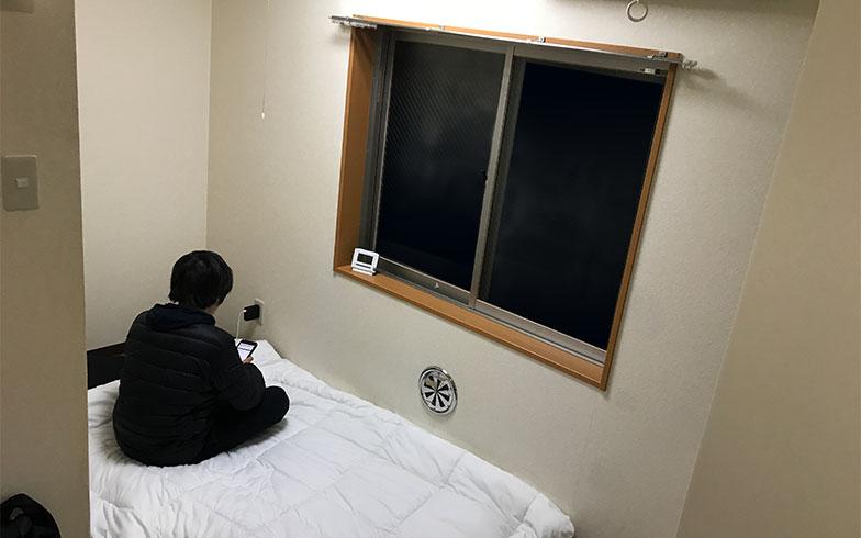 専有面積10.00平米の部屋は布団を敷くだけでいっぱい一杯の狭さ。「さすがにスマホがなければ今の暮らしは成立していませんね」とNaotoさん(写真撮影/宮崎 林太郎)