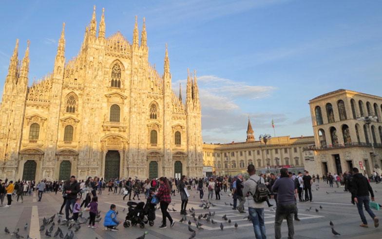 『リビングネイチャー/ La natura dell'abitare』パビリオンがあるのは、大聖堂ドゥオモと右の王宮の間の広場(写真撮影/藤井繁子)