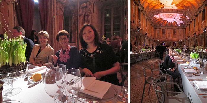 ミラノサローネのプレス、国際担当のヴェントゥーラ女史(左)と日本担当の山本幸さん(右)と共に。右写真の椅子はKartell(カルテル)社の『マスターズ』(フィリップ・スタルク)(写真撮影/筆者友人)