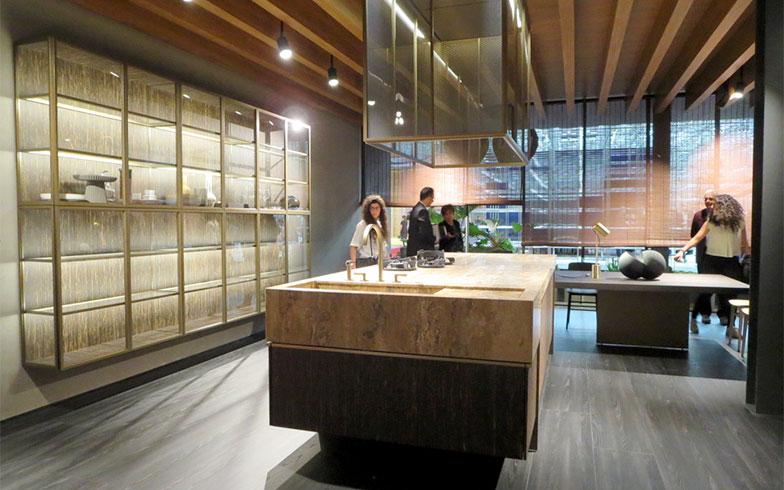 Molteni&C社との家具パビリオンで展示されたDada社のキッチン。両者のアートディレクターであるVincent Van Duysen(ヴィンセント・ヴァン・ドゥィセン)がブース全体を家として構成し美しくまとめ上げた(写真撮影/藤井繁子)