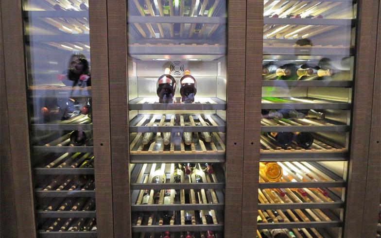 ドイツGAGGENAU社の新製品、ビルトイン冷蔵庫やオーブンと並びで構成されるシステム。吸い込まれるようにフォーカスされる2本の高級シャンパン(写真撮影/藤井繁子)