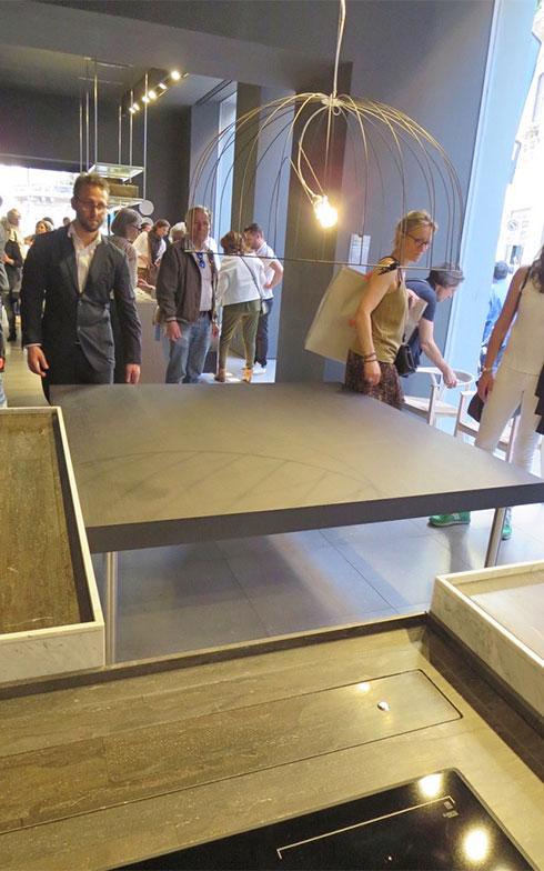 キッチン扉材は石・木など形状・素材バリエーションを豊富に用意、テーブルなど組み合わせアイテムもそろう(写真では正方形テーブルを、少し動かして離してみてくれた)(写真撮影/藤井繁子)