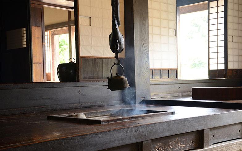 「冬は背中の寒さを少し我慢しながら、囲炉裏を囲んで暖をとりながら団らんするなど、せっかく古民家暮らしなら、その醍醐味を味わってほしいですね」(武田さん)(写真/PIXTA)