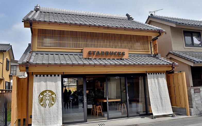 2018年3月にオープンした「スターバックスコーヒー」も、街並みに溶け込む造りとなっている(写真撮影/小野洋平)