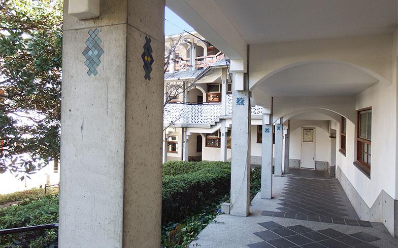 回廊のような通路は幅が広く、緩やかな段差があり、歩いているだけで心地よい(写真撮影/織田孝一)