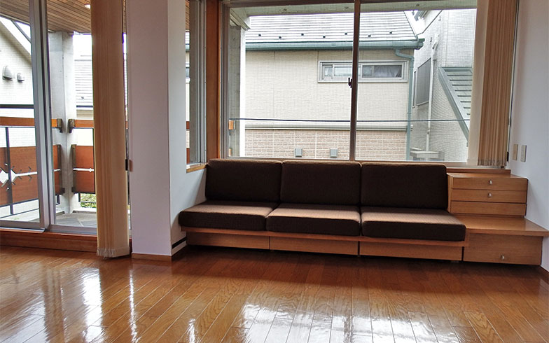 窓際に作りつけのソファがあるのが目を引く(写真撮影/織田孝一)