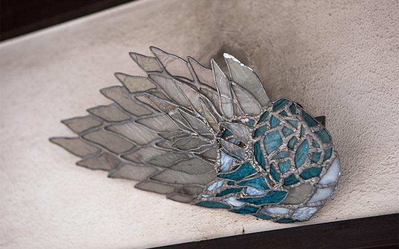 玄関灯は、Sさんが大好きなガラス工芸の蝉(写真撮影/片山貴博)