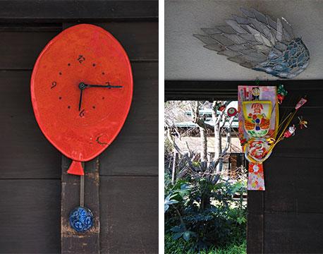取材時はヴェネチアンガラス製の時計が飾られていたが、お正月飾り(右)やクリスマスリースだけでなく天使の羽などバリエーション豊富(写真撮影/(左)片山貴博・(右)Sさん)