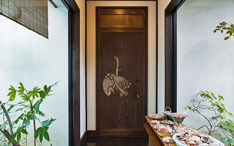 見事な鶴が描かれた板戸、かなりな年代物のよう。高さや取手をリメイクして、この家で生きのびた幸せな鶴(写真撮影/片山貴博)