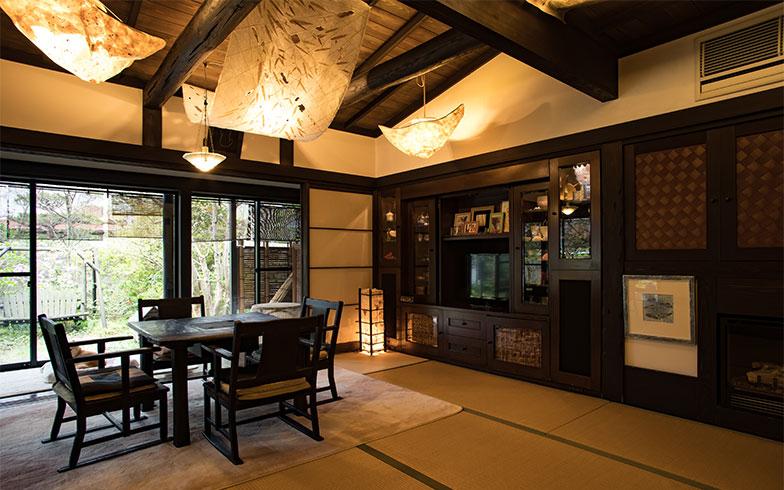 漆喰の壁に、和紙の創作照明が柔らかな光を映す(写真撮影/片山貴博)
