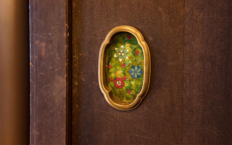 居間の引戸の引手は、「安土桃山時代の形に七宝焼きでつくっていただいたの」(写真撮影/片山貴博)