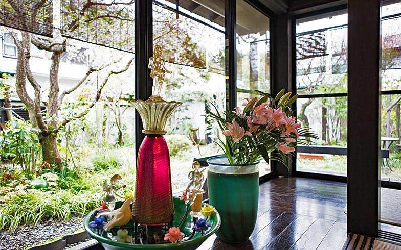 この日は、珍しいガラス細工が施されたアンティークの噴水(ムラーノ島ヴェネチアングラス)。百合が活けられている花瓶も、やっぱり好きな緑色(写真撮影/片山貴博)