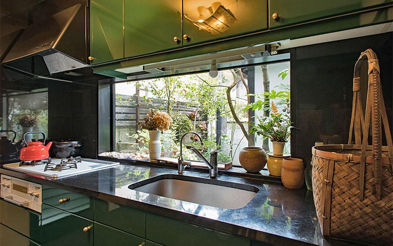 キッチンからは裏庭が望めるよう、大きなフィックス窓。キッチンキャビネットは、やはりグリーン!(写真撮影/片山貴博)