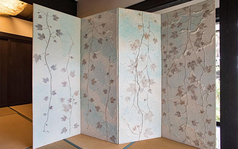 もう一面は、アイビーが描かれた水色の屏風。「季節やイベントに合わせて使い分けるの」とSさん(写真撮影/片山貴博)
