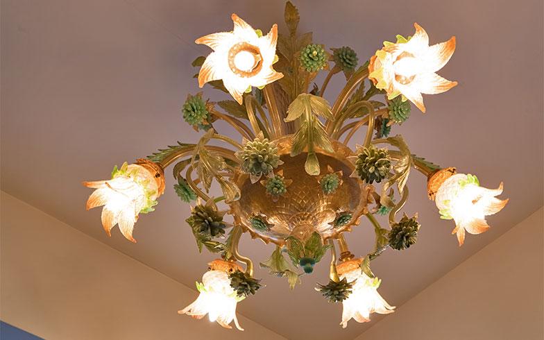 その天井には、ヴェネチアンガラスのシャンデリア。やはり!緑色があしらわれたもの(写真撮影/片山貴博)
