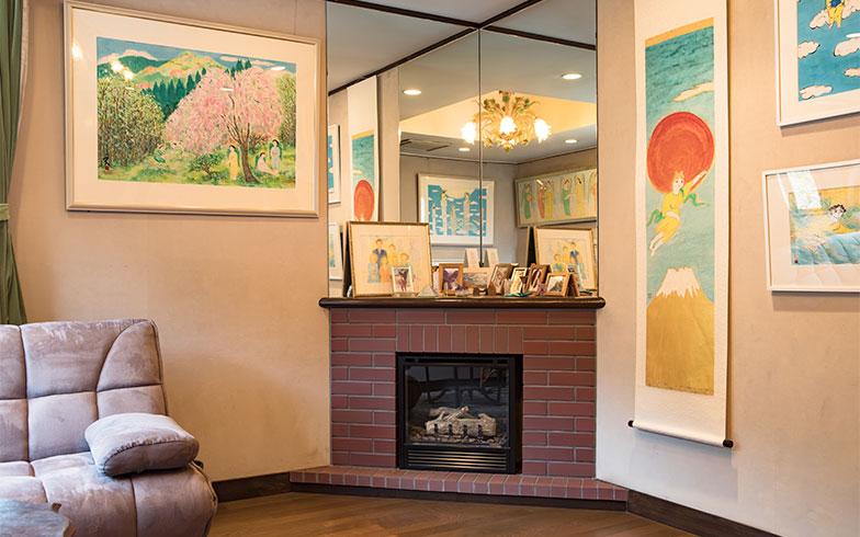部屋の角、三角に暖炉を取り、その上に直角にミラーを天井まで貼ることで、万華鏡のように部屋が映りこみ、ズーと奥まで部屋が広がって見える(写真撮影/片山貴博)