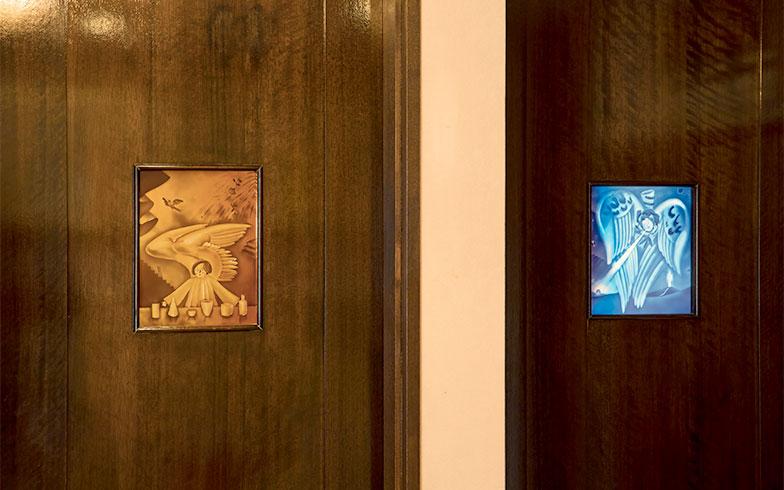 左がバスルームへのドア、右が部屋のドア。対の小窓にも、天使!(写真撮影/片山貴博)
