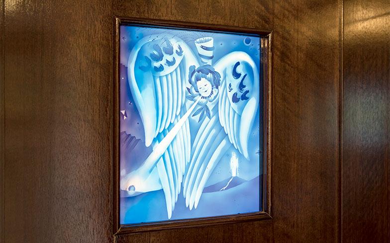 天使とガラスが大好きなSさんがオーダーした、趣のある色彩がすてきなエッチングガラス(写真撮影/片山貴博)