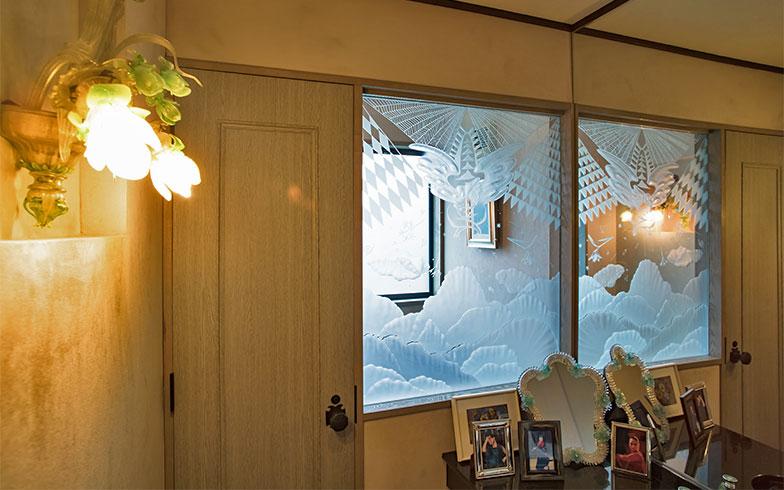 エッチングガラスのデザインも空飛ぶ天使。洗面室の壁には寝室のシャンデリアと同じヴェネチアンガラスの、ブラケット照明(写真撮影/片山貴博)