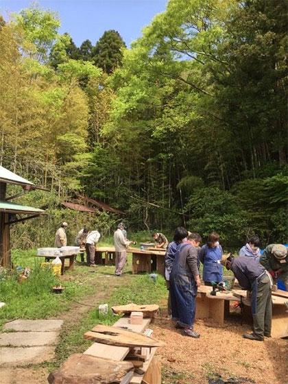 古民家、田舎で暮らすことで、コミュニティーつくりにも熱心に。「手をかけながら暮らす」という古民家暮らしの醍醐味を、木工ワークショップなどさまざまなイベントを主催して広めている(写真提供/トモ長谷川さん)