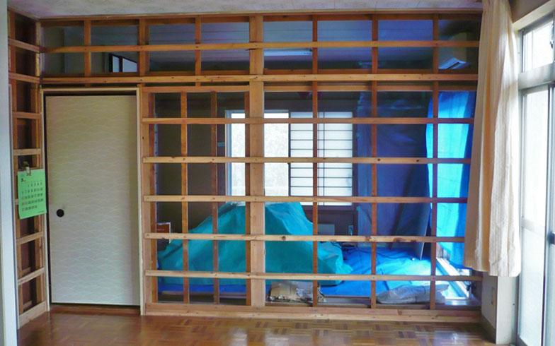 購入後、リビングと和室を隔てる壁を壊した状態の写真。いわゆる昭和の一戸建て木造住宅だった(写真提供/中原氏)