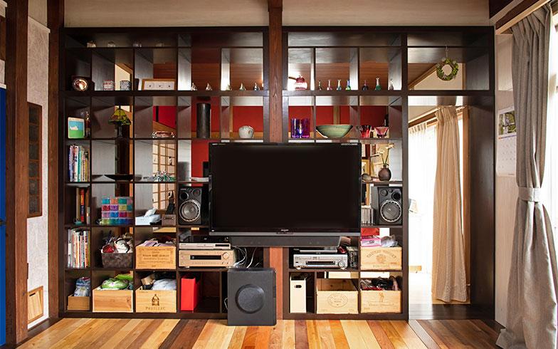 和室の壁はベンガラをイメージした紅色に。ジモティで手に入れた棚を仕立て直して間仕切りにした (写真撮影/片山貴博)