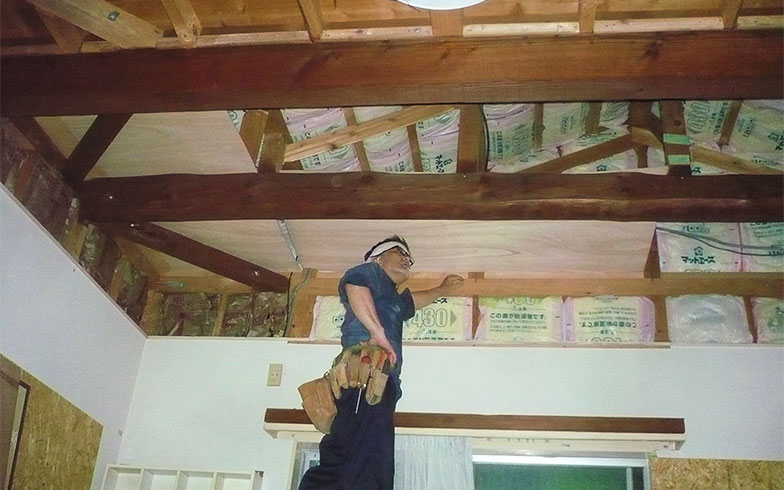 天井も高くしたいとぶち抜くことに。みっちりと断熱材を入れた (写真提供/中原氏)