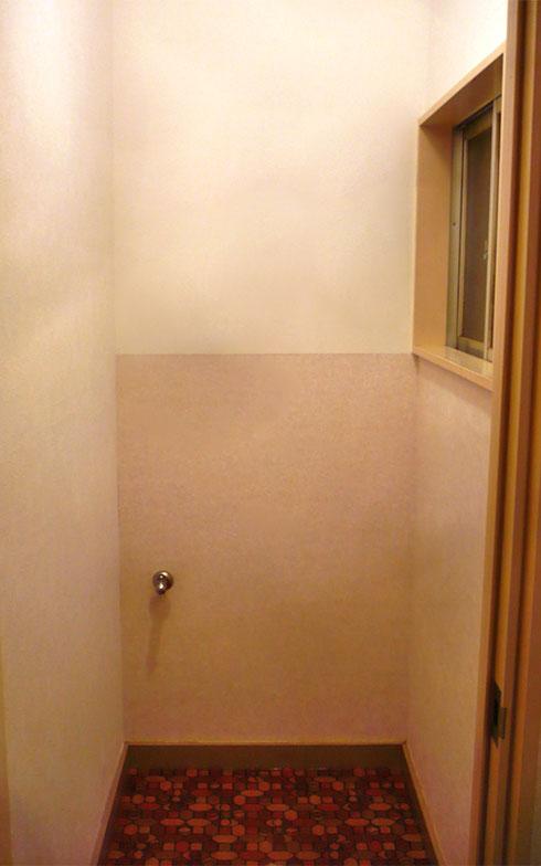 トイレの壁紙は友人から。目立たない2階のトイレで初チャレンジ。実は狭いところはプロでも一番難しいことが分かる。大雑把な計算が間違いのもとで、余りをパズルのように何枚も貼り合わせることに。 結果、いい感じのツートンカラーに仕上がった(写真提供/中原氏)
