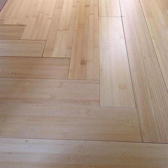 竹ですっきりした玄関と廊下。框の段差を丁寧にまるめ、廊下の直角にまがる部分の板の合わせもかなり手をかけた(写真提供/中原氏)