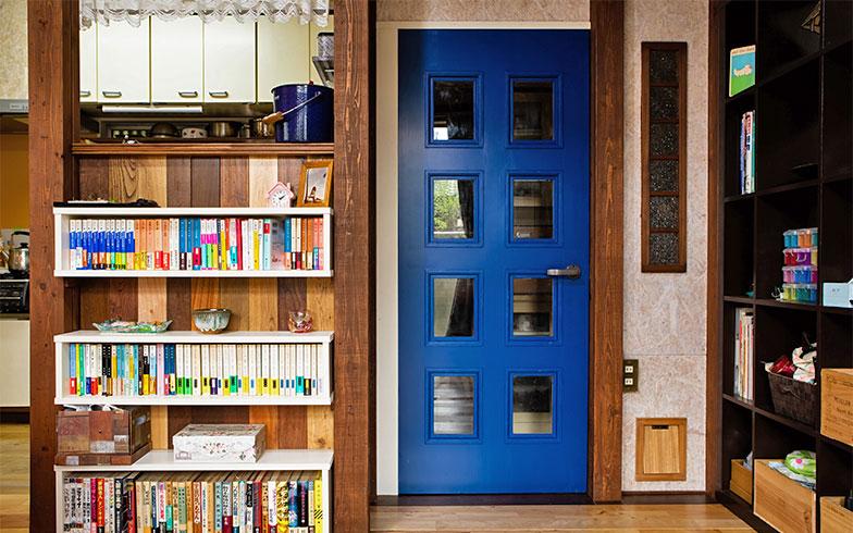 フローリングの板と、貰い受けた縦型のCDラック2本を組み合わせてつくったキッチンとリビングの間のパーテーション(写真撮影/片山貴博)
