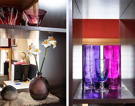 棚の向こうの洋室は家の中で一番日当たりのいい場所。妻の仕事スペースに(左)素通しの棚には、以前妻がガラス工房でものづくりをしていたころに親方につくってもらった小物などを並べている(写真提供/中原氏)