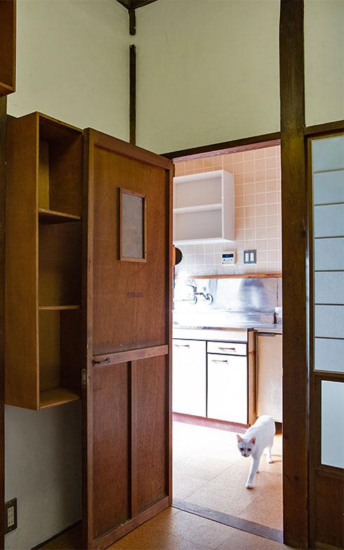 よく日の当たる台所と3畳間を仕切るドア(写真撮影/片山貴博)