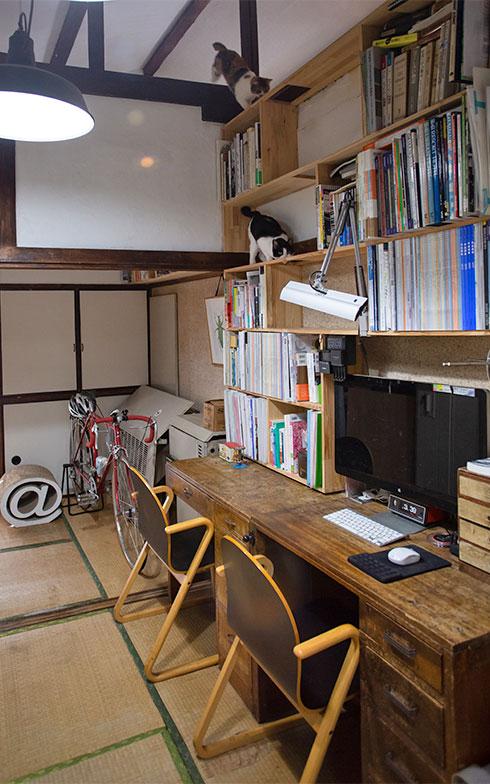 いしまるさんの住まい兼仕事場スペース。こちらも「ねこだな」を伝って梁の上に猫が登れる仕組み(写真撮影/片山貴博)