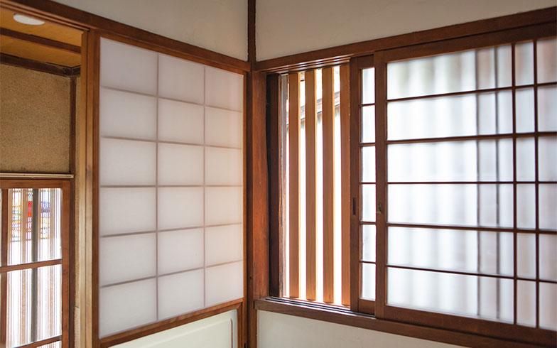 いしまるさんのお宅にある窓の格子のスキマは幅3cm。3.5cmの幅では小柄な成猫が間を抜けて脱走することがあるそう。猫と家に詳しい、いしまるさんならではの工夫です(写真撮影/片山貴博)