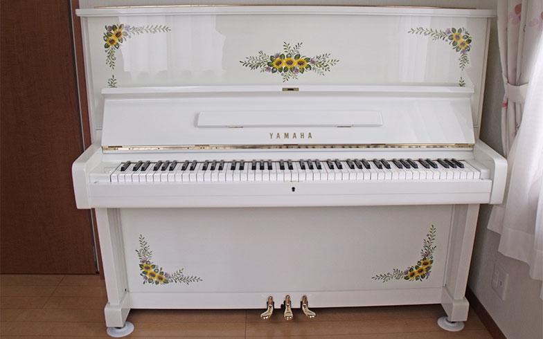 思い出のひまわりを描いたピアノ(画像提供/デザインピアノ工房)