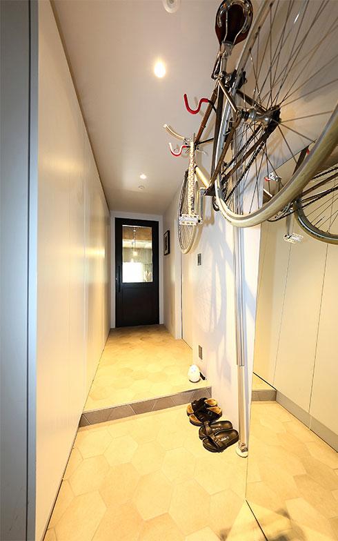 玄関を入って廊下右手に水まわり、左手に寝室、正面の扉奥がLDK。廊下左の壁一面は収納になっている(写真撮影/飯田照明)