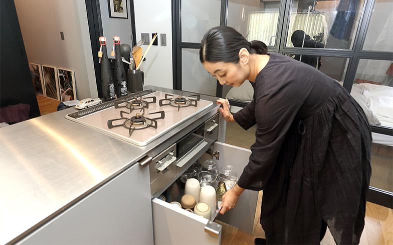 食器棚も置かず、アイランドキッチンの下に食器類も収納。「キッチンは造作で細かな仕切りや棚がなかったので、引き出せる棚を通販で探しました」(写真撮影/飯田照明)