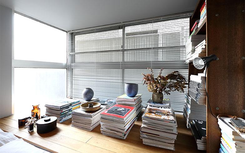 ベッド奥の出窓を利用して本などを見せて収納(写真撮影/飯田照明)