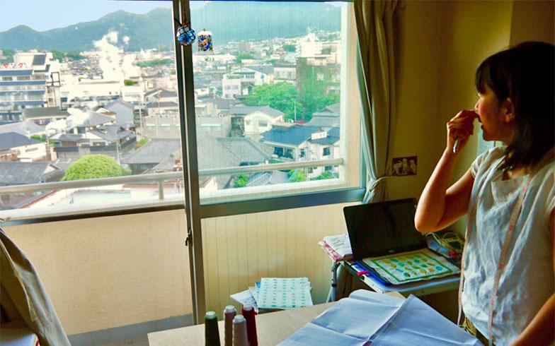 「窓から見える湯けむりが毎日の気温や湿度によって違うので見ていて飽きないんです」と語るヤノさん(写真撮影/フルカワカイ)