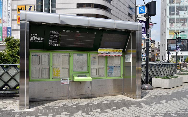 東口に設置されたバス専用の掲示板(写真撮影/小野洋平)
